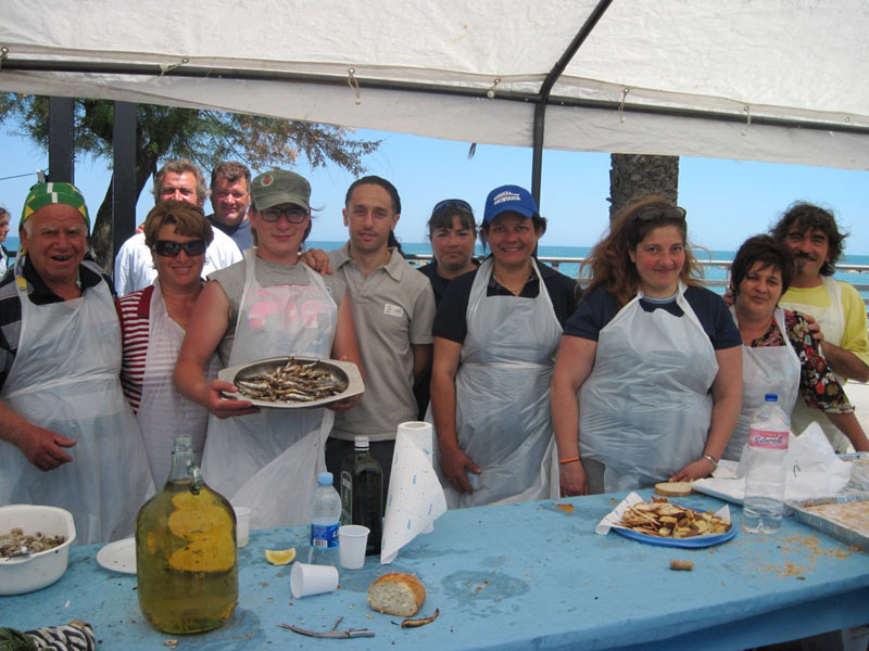 Le donne della marineria cucinano il pesce per Pianeta Mare